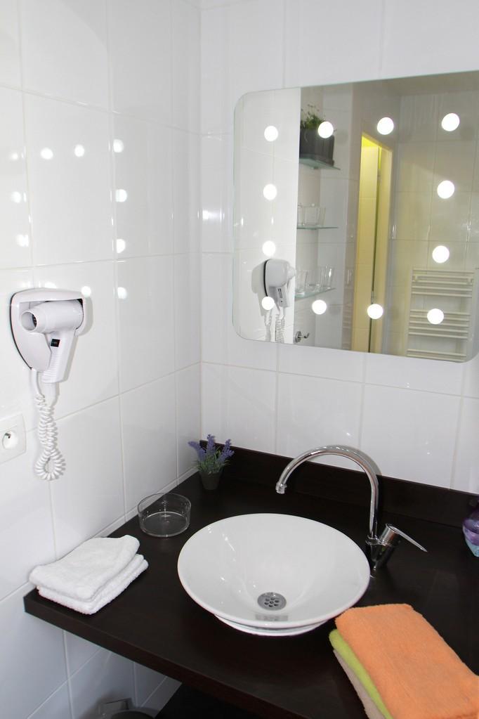 La salle d'eau avec sèche-cheveux et sèche serviette électrique