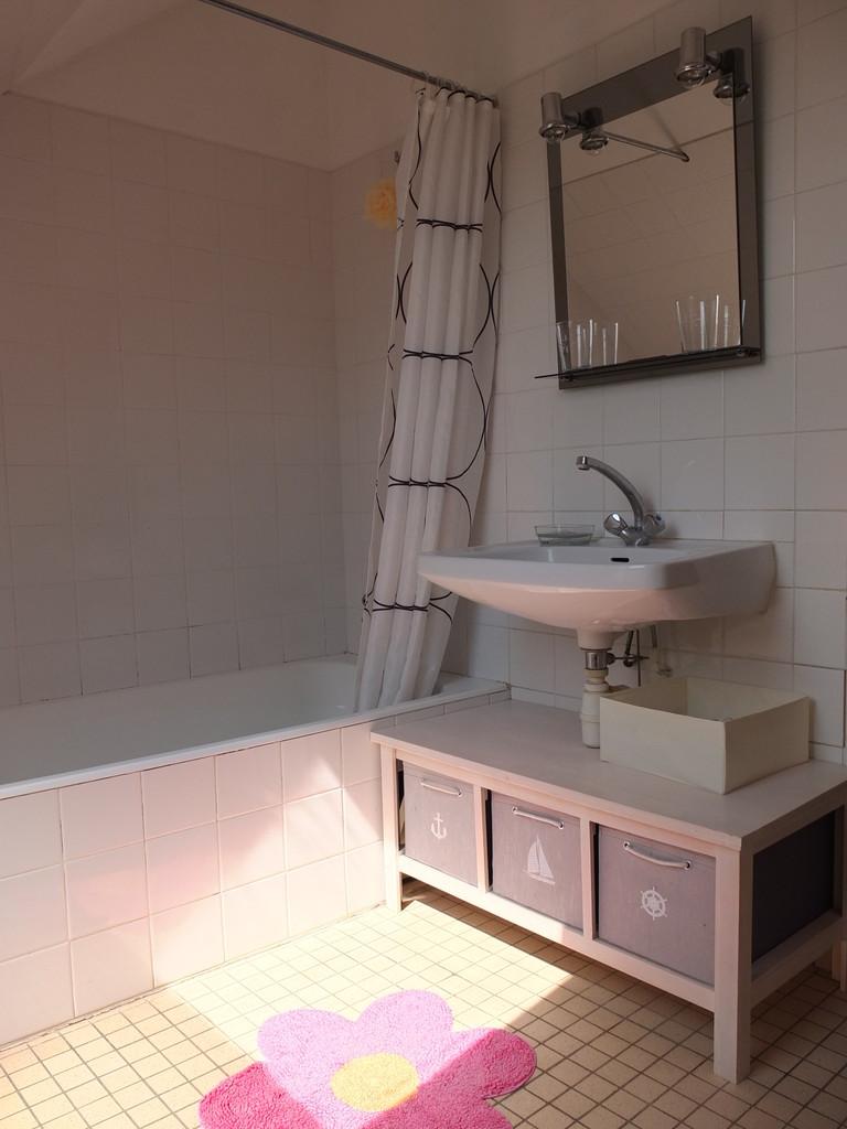La 1ère salle de bain avec baignoire et machine à laver