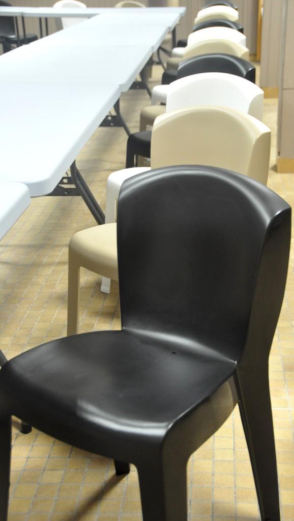 100 chaises et 20 tables sont à votre disposition