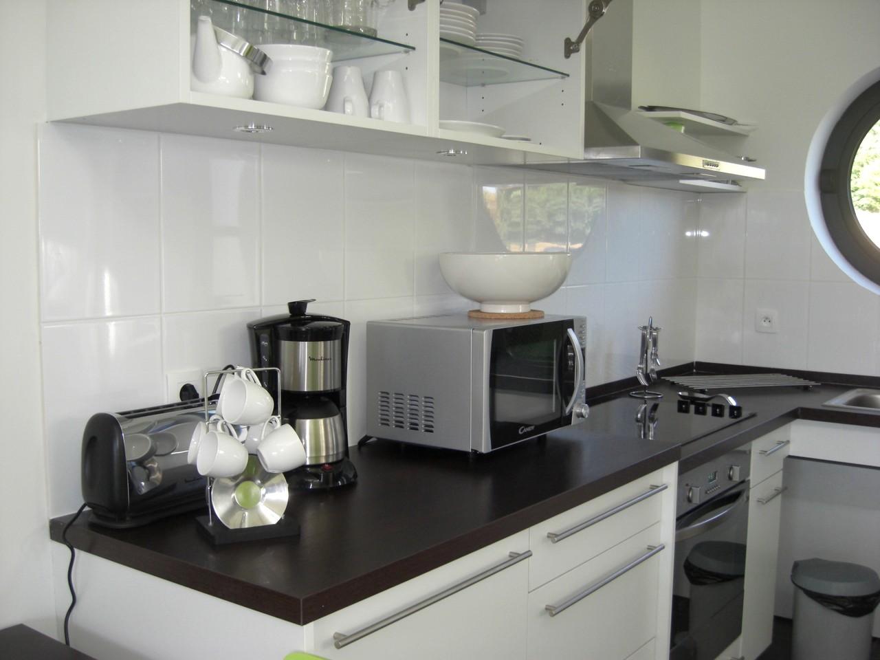Cuisine équipée : four, micro-ondes, lave-vaisselle, cafetière, bouilloire...