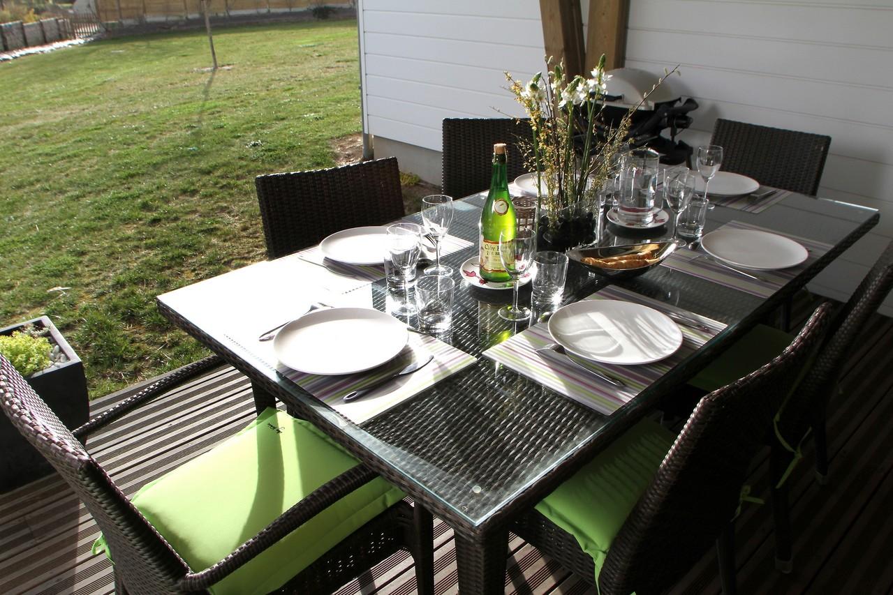 La table de salon de jardin accueille jusqu'à 6 personnes
