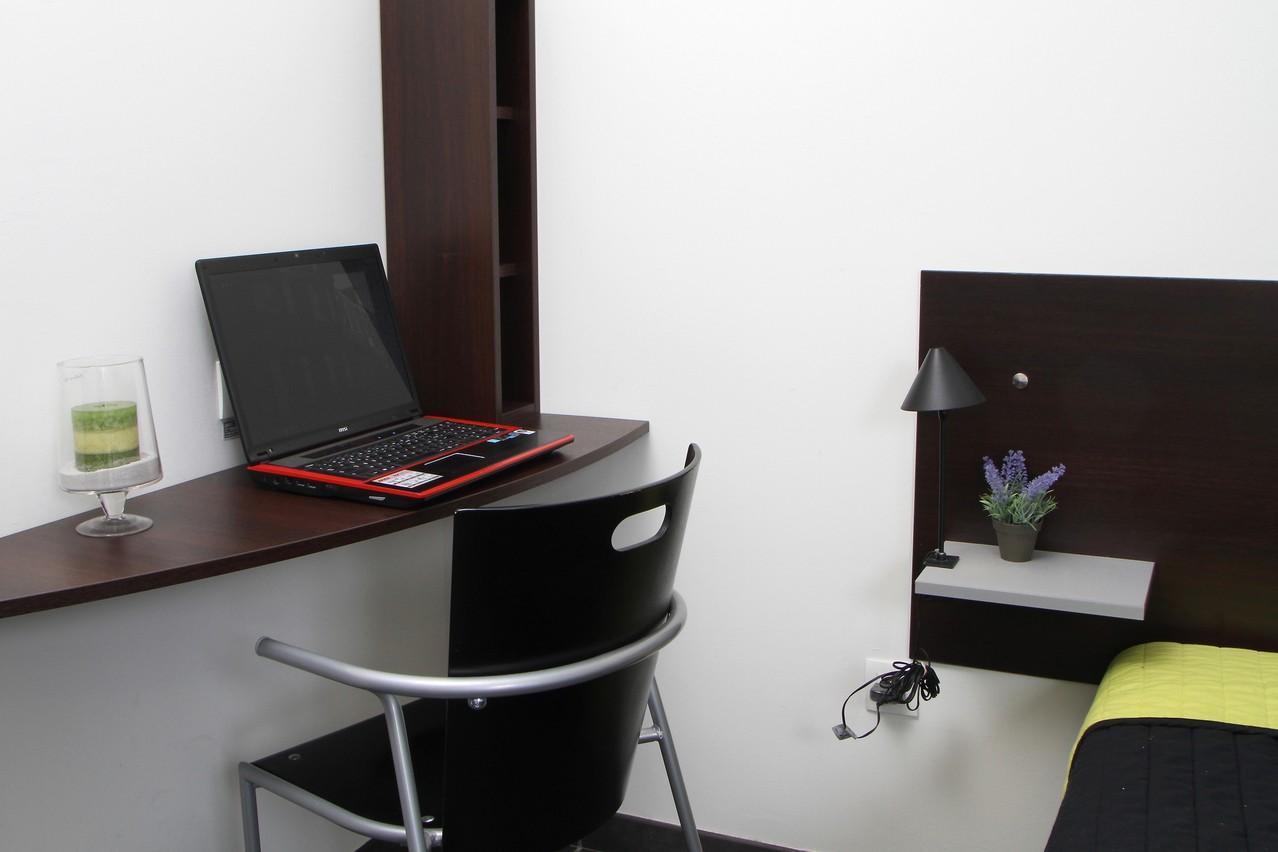 un coin bureau avec accès internet gratuit et illimité
