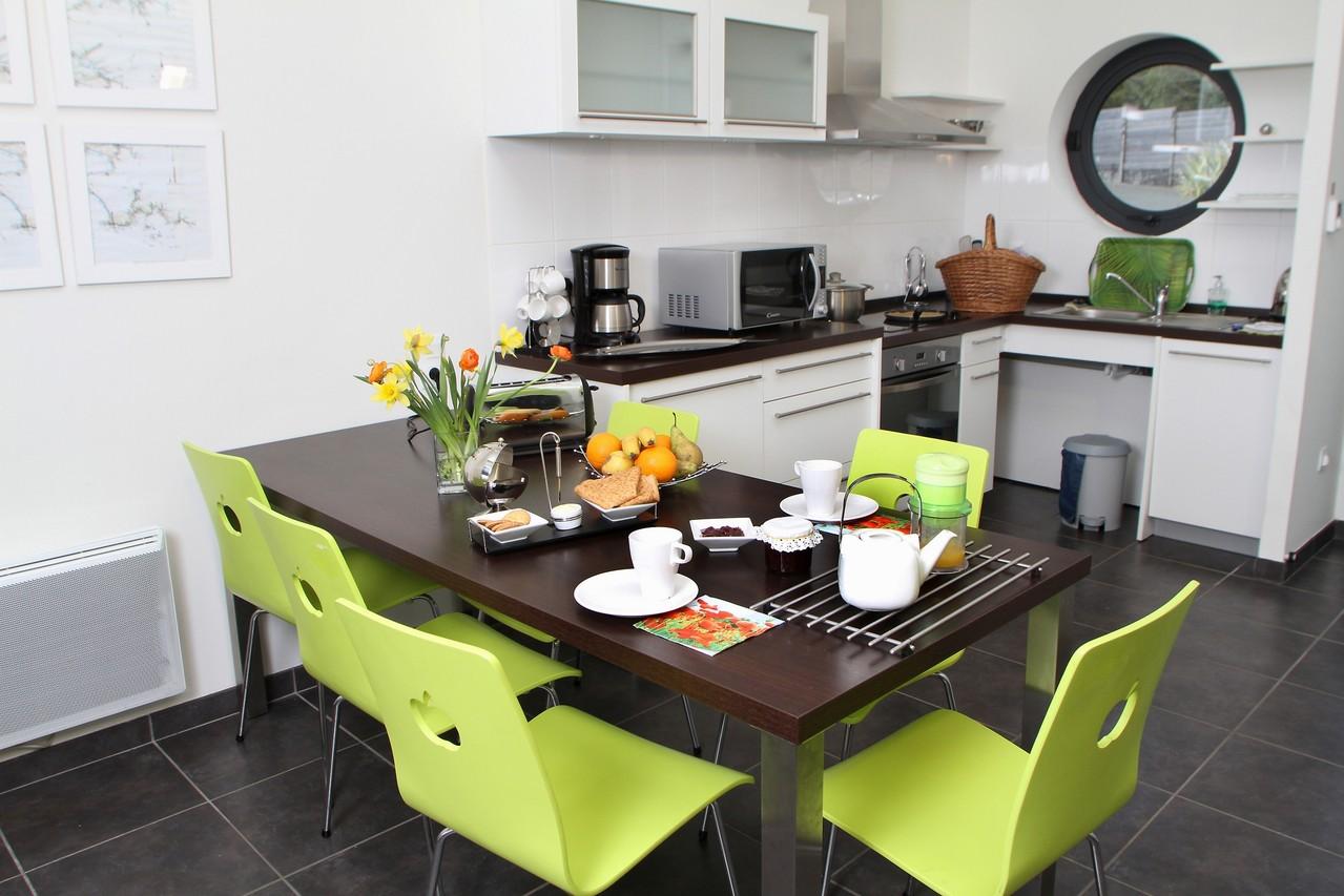 La table de la cuisine accueille jusqu'à 6 personnes