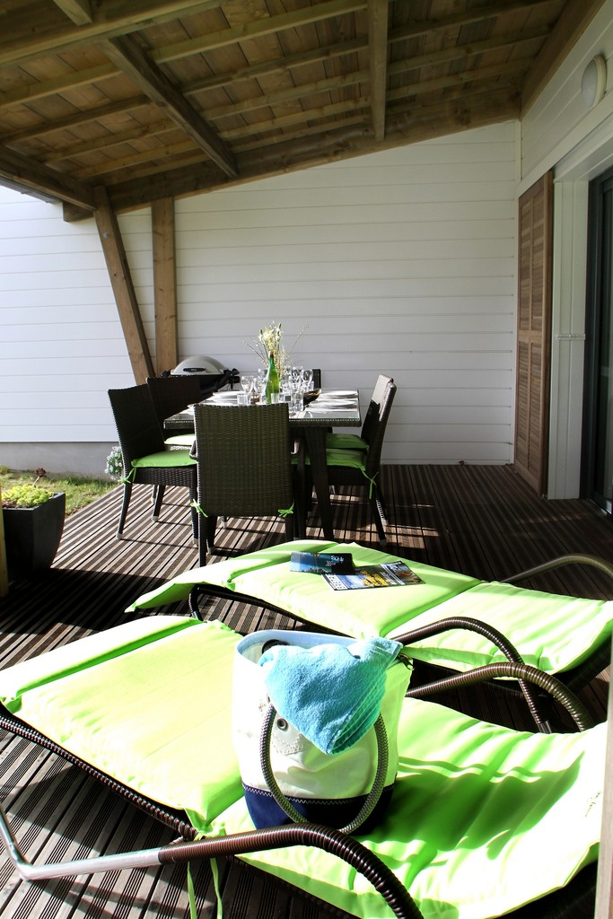 La terrasse donne sur un joli jardin arboré et ensoleillé