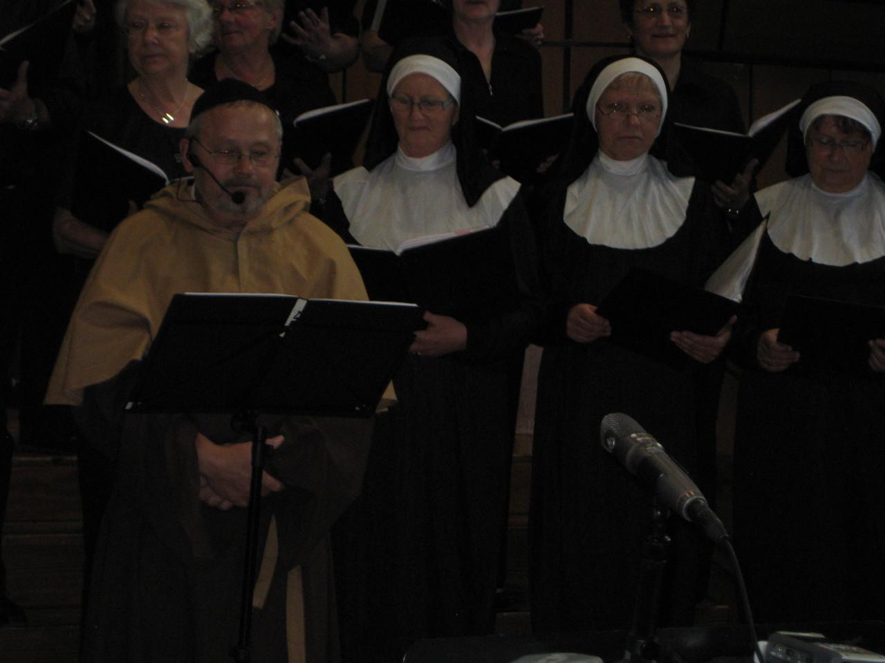 """Zu """"Sister Act"""" traten einige SängerInnen in Nonnen- und Mönchkostümen auf die Bühne."""