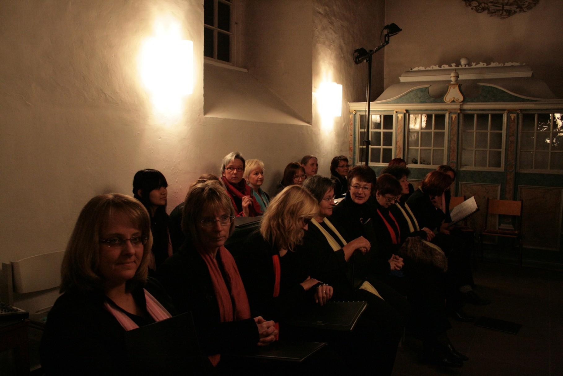 Alle warteten gespannt auf den Beginn des Konzerts,...