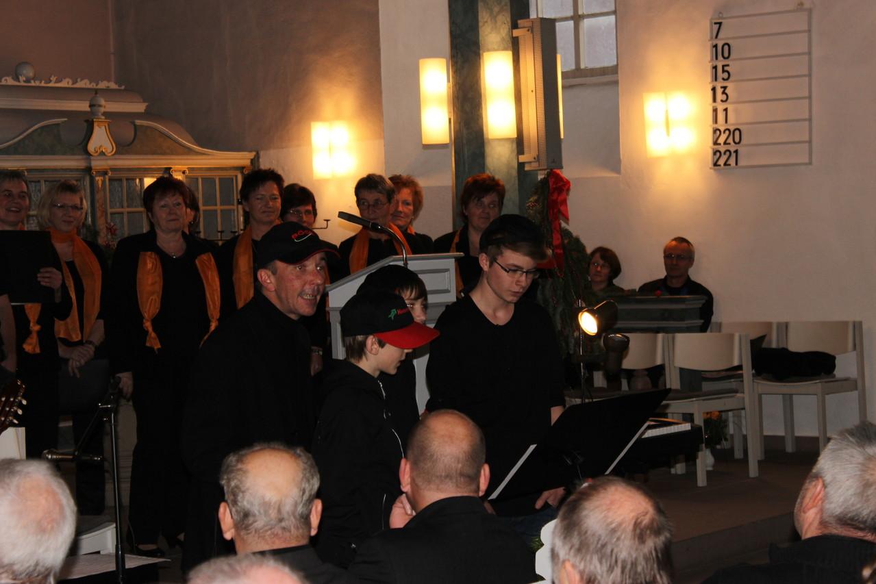 """Drei jugendliche Neuzugänge des Lüthorster Chors brachten einen """"Weihnachtsrap"""" zur Auflockerung mit."""