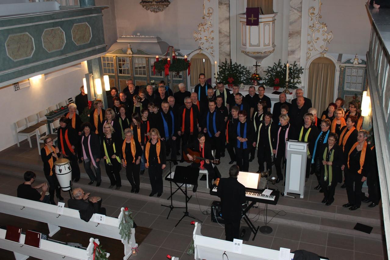 Einen krönenden Abschluss bildeten 2 gemeinsame Gesangseinlagen mit den beiden eingeladenen Chören, Trommel- und Gitarrenbegleitung.