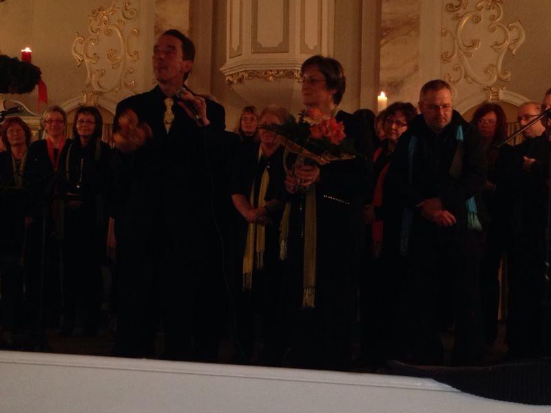 Zum Schluss gab es noch ein großes Danke schön an Chorleiter Eckhard Thiel, der mal wieder mit viel Einsatz und Engagement für ein rundum gelungenes Konzert sorgte!