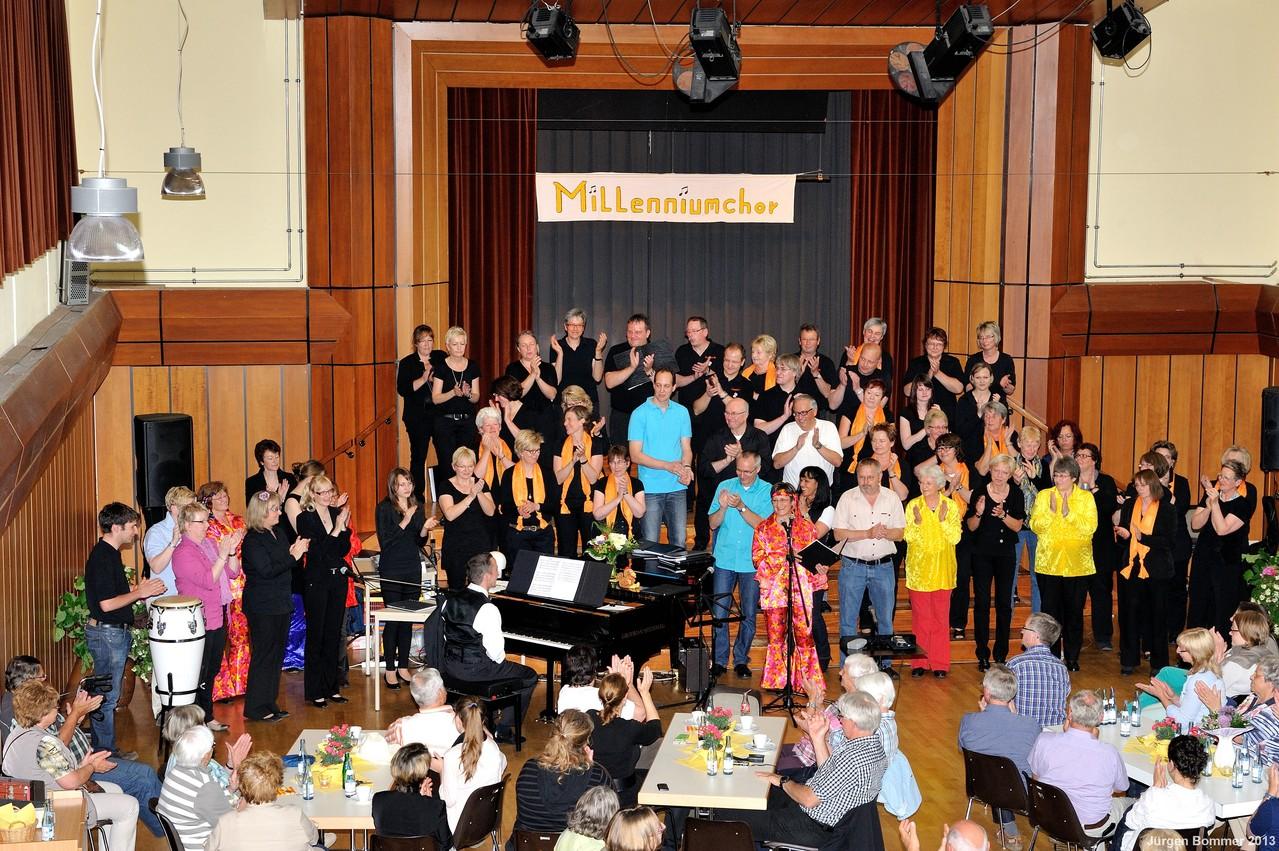 Ein Aufgebot von ca. 60 Sängern und Sängerinnen beendete das Konzert...