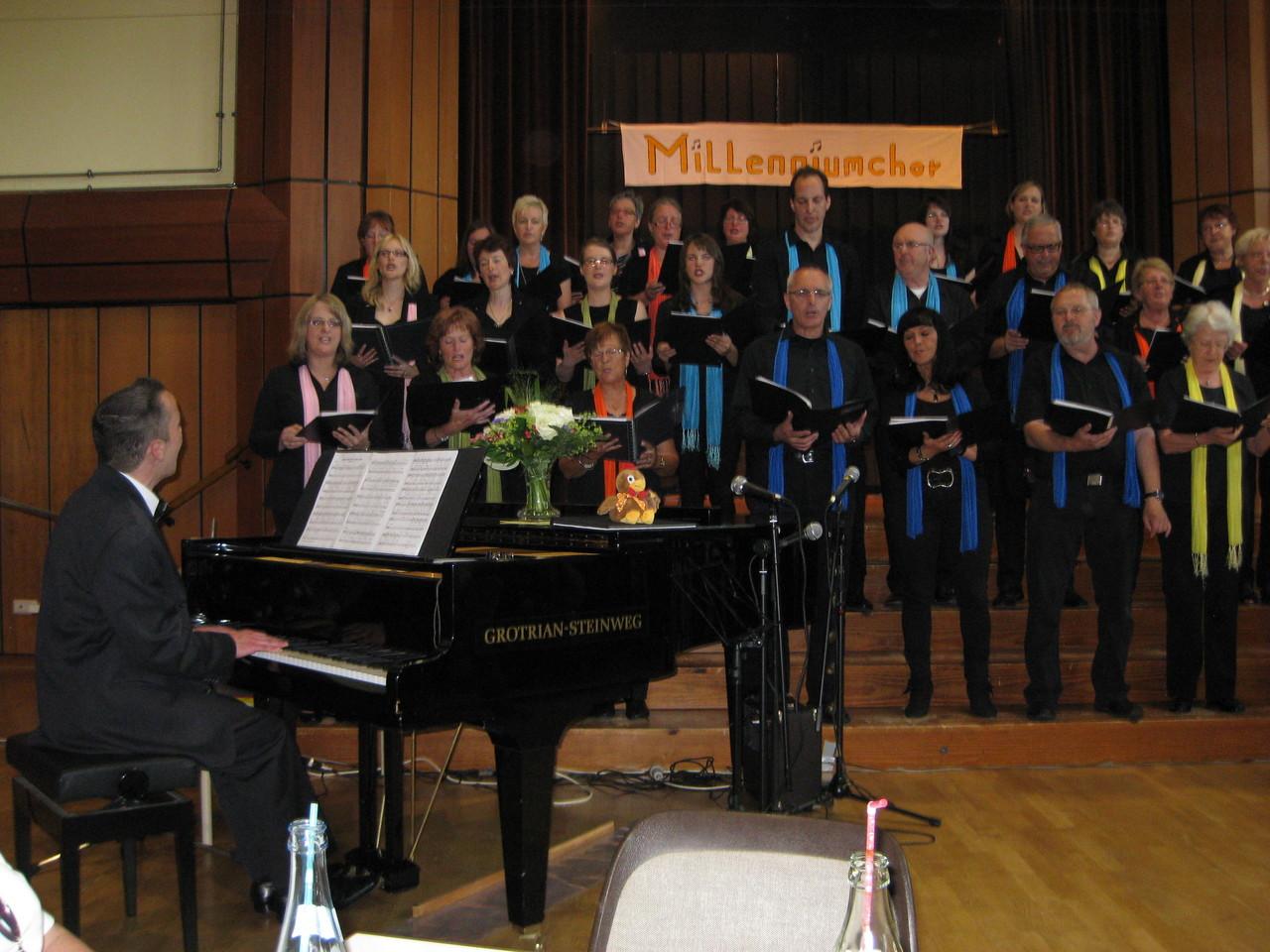 Chorleiter Eckhard Thiel begleitete den Chor wieder professionell auf dem Flügel.