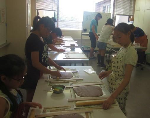 自由自在に変形する粘土から形を作り上げる方法は色々あるそうですが、今回は『たたら作り』という手法をつかいました。