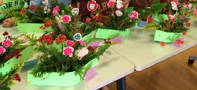 花器もクリスマスらしくお星さまをつけて装いました。先生方のアイディアです。
