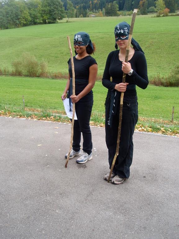 Ninja-Ausbildnerinnen küren die neu ausgebildeten KämpferInnen...