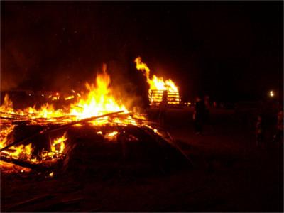 縄文人に扮した藤沢中学校の生徒たちが火を起こし、中央の櫓に火をつけ、そこから12基の窯に点火していきます。
