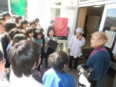 発表終了後、千葉貞子さん(右)を囲んで。