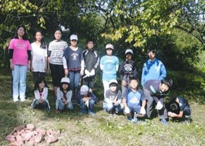 農園活動に参加する小学生達
