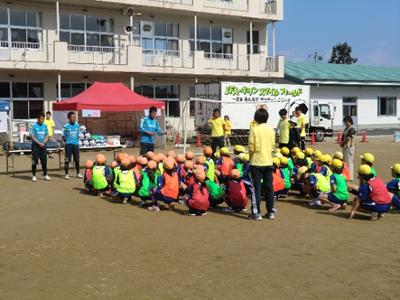 学年から男女一人ずつ代表で選ばれた子供によるPKイベント(3年生の二人は見事コーチ相手にシュートを決めました)が終わった後、小倉コーチから子供たちにメッセージが贈られました。また、「この日使ったボールやゴールなどが学校に寄附されます。」と聞いた子供たちは大歓声!