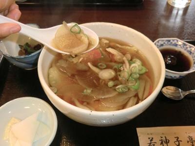 若神子亭に移動してお昼は「黄金ばっと」を頂きました。はっとそのものもですがスープ(って言わないですかね)のお味が美味でした。値段もお手頃です。ちなみに娘は中華ザル。なんで?