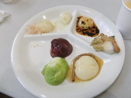 各店3~4種類のおもちが用意され、好きなお餅を好きなだけ頂けます。最初は一通り1個づつ食べてからという方針で臨みました。写真は左上から時計回りに『おろしもち』『ゆず』『しょうゆ海苔』(以上ふじせい)、『炒め納豆』『生姜』『あんこ』『ずんだ』(以上世嬉の一)