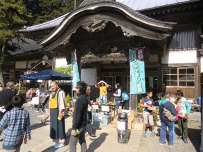 お寺の前では保呂羽の野菜販売も。予想していた以上に来場者がいて驚きました。盛況でした、天気も良かったですし。