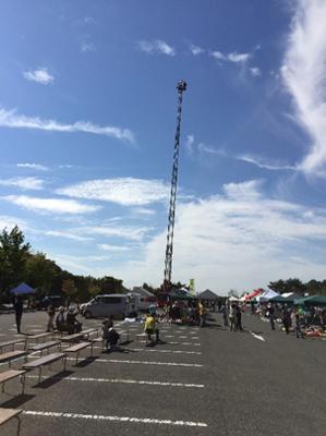 総合司会のFMあすも河合純子さんがはしご車に乗って地上40mからの放送で幕開け。さすがに地上40mは電波がとぎれとぎれでしたが逆に臨場感がありました。この後、このはしご車には一般客も乗ることが出来るのですが行列が出来ていました。