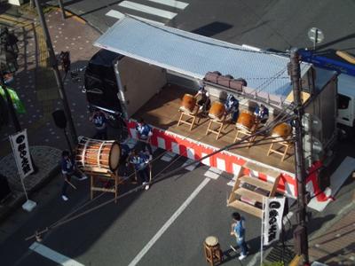 時の太鼓顕彰会。なのはなプラザの管理室にお願いして特別に屋上からの撮影。迫力の演奏でした。