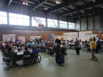 お昼前ですが食事・喫茶コーナーにはたくさんの人が!それぞれのテーブルにはいもの子汁をはじめ、団体さんのブースで購入したパンやお菓子、飲み物などが並んでいました。