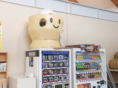 ペッタンくんは自販機の上から、私たちをあたたかく見守ってくれていました。
