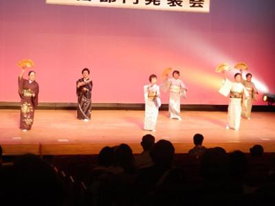 しあわせ会さんの日本舞踊。踊りの事は全く分からないのでコメントできませんが、あでやかな着物姿での舞いは舞台に映えていました。