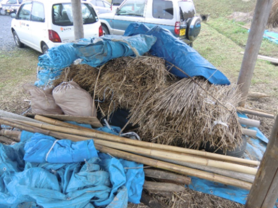 かやぶき祭りを主催した「かやぶき民家を残す会」ではかやぶき職人の養成も行っているそうで、村上家住宅の近くには職人さんの練習場所も。(写真はかやぶき屋根の原材料と思われる)