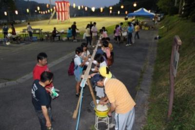 毎年お盆に開かれる「南小梨ふるさと祭り」で 大人気の流しそうめん