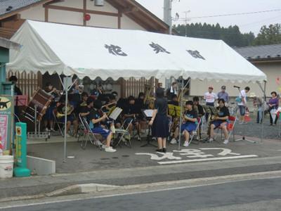 マーチから「SEKAI NO OWARI」まで数曲を演奏。途中でソロで演奏する場面がありましたが、個人的にはソロ演奏が終わった奏者がお辞儀をして拍手をもらう時にグッとくるものがありました。