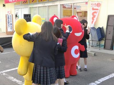 演奏後を終えた高田高校の生徒たちもキャラクターと記念撮影。