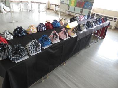 自分の子供の文化祭は仕事の都合で行けなかったので中学校の文化祭というものを何十年ぶりかで見た気します。文化祭らしく習字や絵、制作物などの作品が展示されていました。