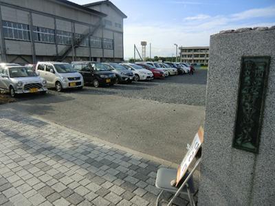 臨時駐車場の桜町中学校。イベントは4時開始でしたが、私が訪れた4時15分頃にはけっこうな数の車が止まっていました。