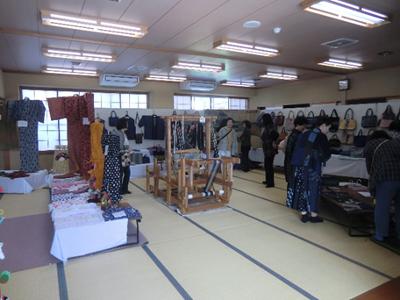 カマバタ織りのコーナーでは、作品に囲まれた中央にカマバタ織り機が設置されていました。こちらも体験可能。