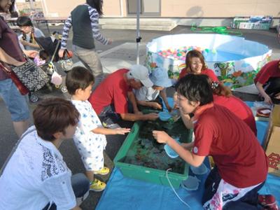 縁日コーナーでは金魚すくい、よーよーすくい、とすけものなどが用意され、子供たちで賑わっています。