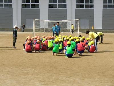 ミニゲームの後は小倉コーチからシュートの指導。みんな一生懸命聞いています。