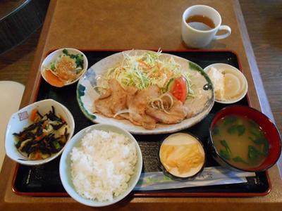 注文した「日替わりランチ」(¥500)です。この日は焼き豚定食で、お味噌汁、漬物、ポテトサラダなど7皿がセットになっています。食べごたえたっぷりで、どのお料理も味付けが美味しい!奥さんは独学でお料理を学んだそうですが、お手本にしたい味付けです!とっても気に入っちゃいました。お店では、お弁当の配達も行っています。ぜひご利用ください。