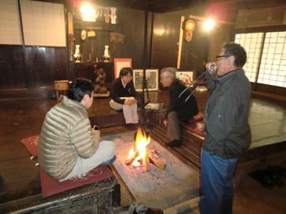 中には暖炉が。時折ぱちぱちと音を立てる柔らかい炎を見ていると、自分の中の日本人としての感覚が呼び起されるような気がしてくるのは何故なんでしょうか。