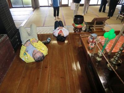 みんな寝転がって天井を見上げていました。(お寺の方の許可を得ています)