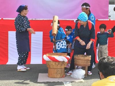 10時からのオープニングセレモニーでは子供たちも餅つきに参加し、あんことごまの2種類のお餅が200人に振舞われました。