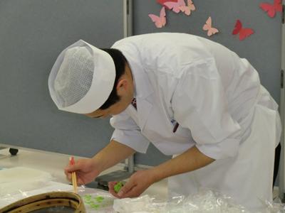 松栄堂の職人さんが和菓子作りを指導する和菓子作り体験も。抹茶をいただくコーナーもありました。