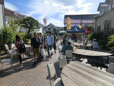 初日は好天でビール日和。訪問したのは午後2時前でしたがそれでもたくさんのお客様が詰めかけ、ビールと料理を楽しまれていました。