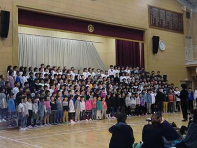 全校合唱。中里小学校の上級生は下級生の面倒見が良く、まとまっている学校だなという印象があります。規模は大きくなくても、いいところはたくさんあります。