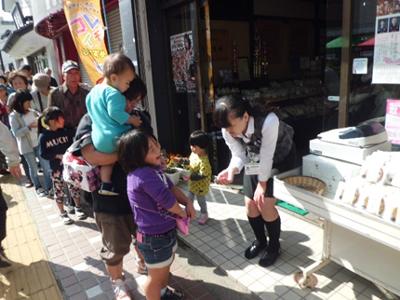 11時。それぞれのお店で数量限定の「百円の市」「9割引市」がスタート。お待ちかねのお客様の行列の前に、あっという間に完売するお店が続出したようです。(佐々木製菓さん)