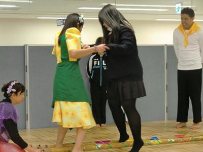 ボランティアで来ていた修紅高校の生徒さんもバンブーダンスを体験。最初はおっかなびっくりの様子でしたが、最後は御覧の通りステップをマスターして会場から拍手を受けていました。いい経験になりましたね。まさに国際交流です。