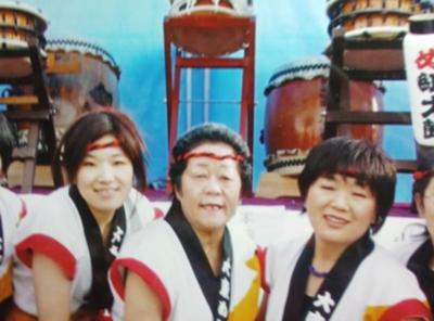 菊池みゆきさん(写真中央) と団員の方々