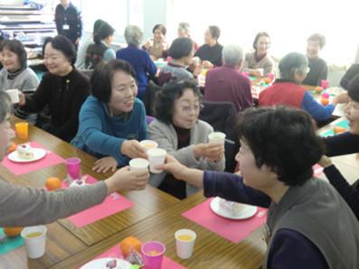 最終的には40人近い人が参加してのクリスマス会に。それではご発声お願いします。「かんぱーい!」みなさん笑顔があふれていますね。